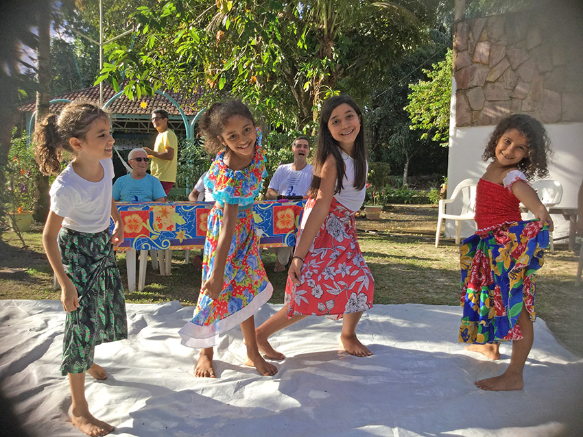 Crianças dançando Carimbó em homenagem ao M. Monteiro.  Foto: Galdino Mota