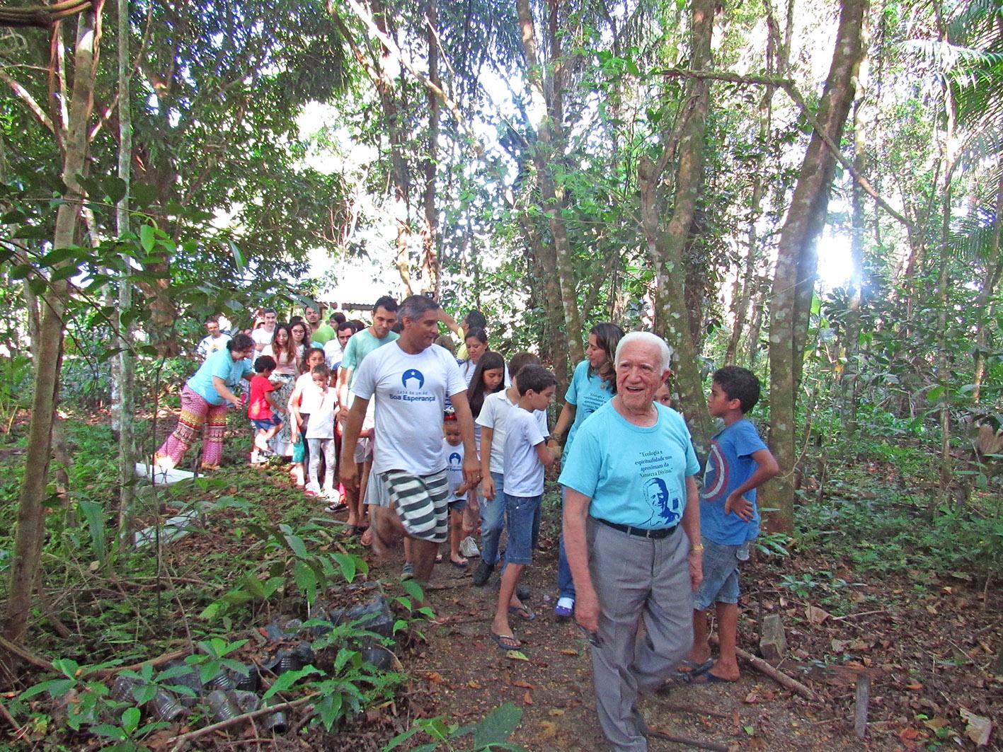 M. Monteiro caminhando na trilha.  Foto: Galdino Mota