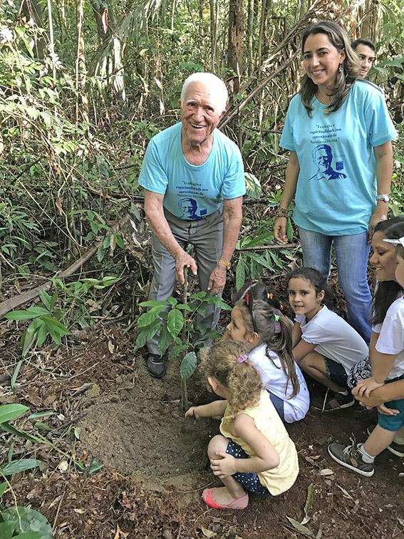 M. Monteiro plantando uma muda de ipê amarelo com as crianças.  Foto: Galdino Mota