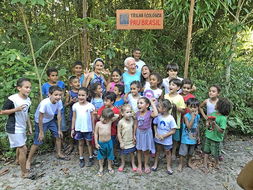 Crianças com M. Monteiro na entrada da trilha.  Foto: Galdino Mota